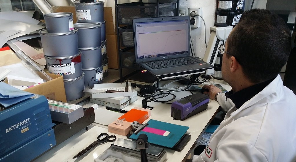 Produzione Colore Colori a Campione Prodotti Chimici arti Grafiche Rulli da stampa rulli industriali Fornitura inchiostri e vernici Fornitura consumabili arti grafiche